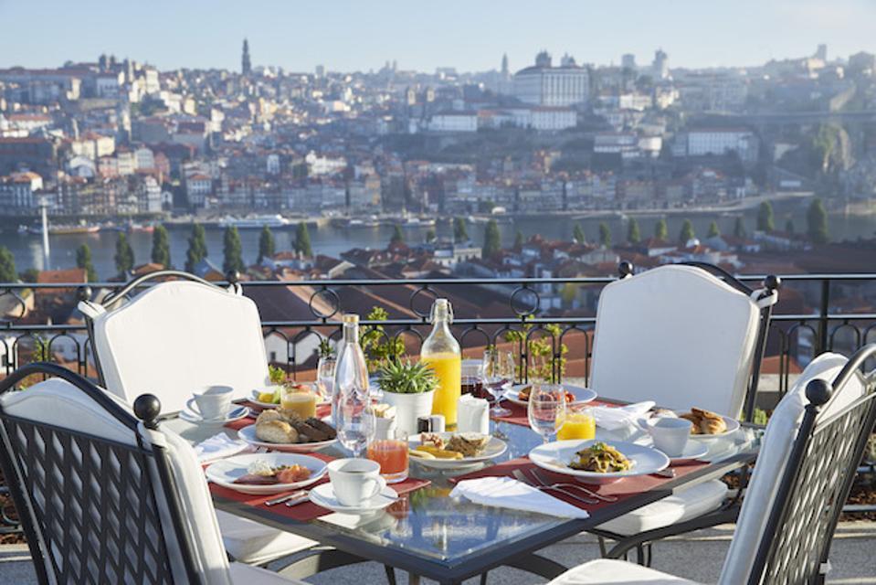 Petit déjeuner sur la terrasse du Yeatman à Vila Nova de Gaia