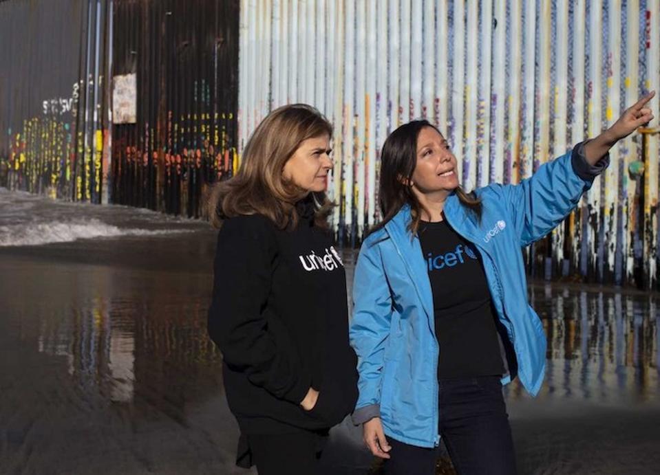 UNICEF Mexico Child Protection Officer Karla Gallo (rechts) met Paloma Escudero, UNICEF Directeur Communicatie bij de grens in Tijuana, Mexico.