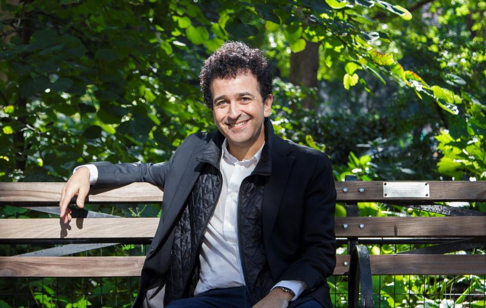 uomo su una panchina felice