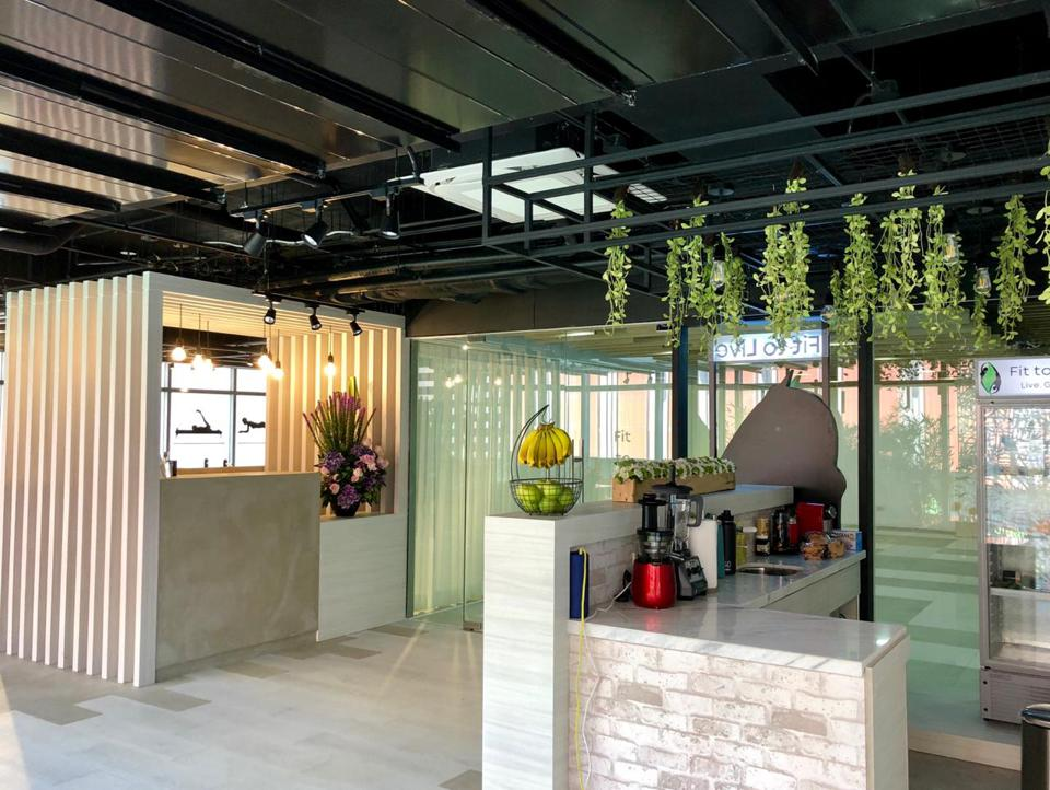 Fit To Live's health bar offers a wide range of refreshments such as freshly pressed kale or wheatgrass juice. The reception and lounge area is configured to that it feels like an extended home.