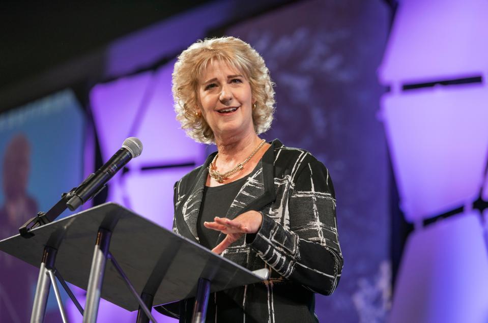 Wendy Guillies Kauffmanin säätiön toimitusjohtaja puhuu Kauffmanin ESHIP-huippukokouksessa 2019 Kansas Cityssä.