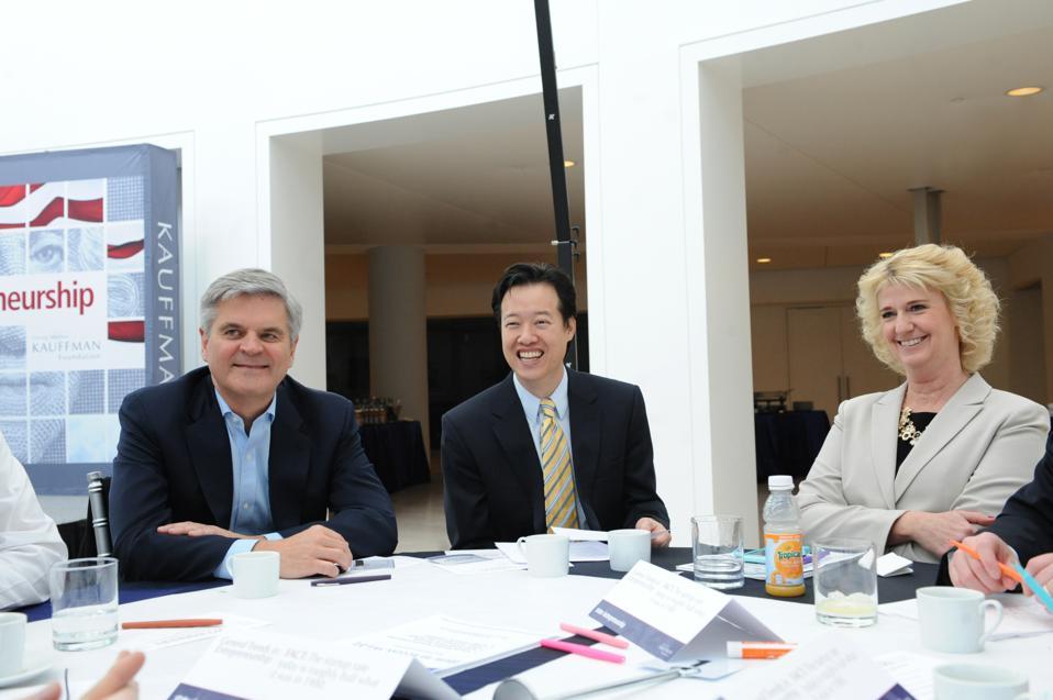 Wendy Guillies Steve Chase, toimitusjohtaja ja Revolutionin ja America Online: n perustajajäsen, ja Victor Hwang, Kauffman-säätiön yrittäjyyden johtaja.