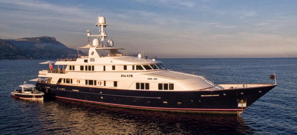 Blu 470 at anchor.