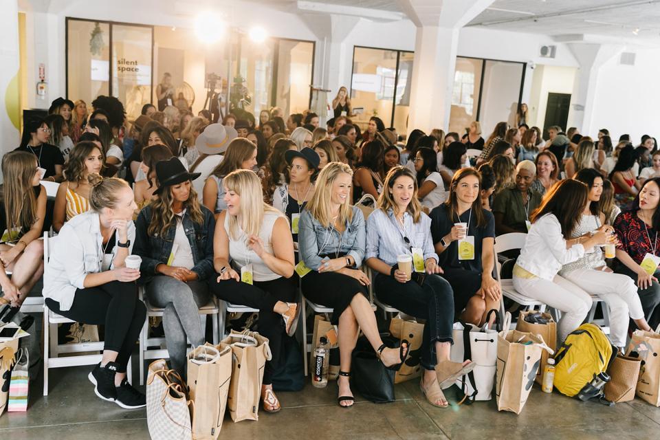 Unga kvinnor på den gula konferensen