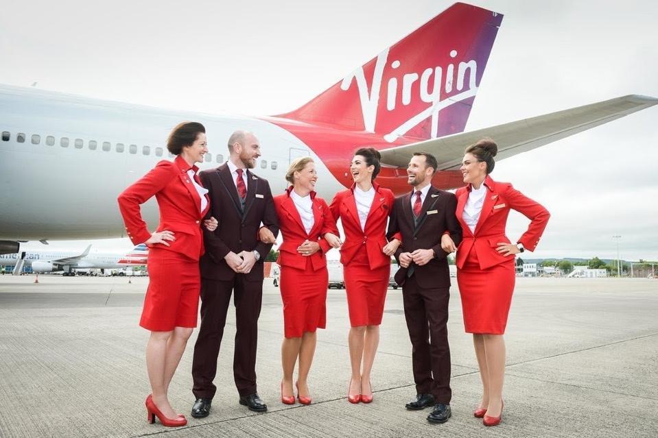在波音747前面的机组人员