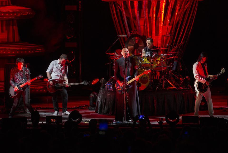 (从左到右)Jeff Schroeder,Jack Bates,Billy Corgan,Jimmy Chamberlin和Smashing Pumpkins的James Iha在好莱坞赌场圆形剧场演出。 2019年8月15日星期四,伊利诺伊州廷利公园(摄影:Barry Brecheisen)