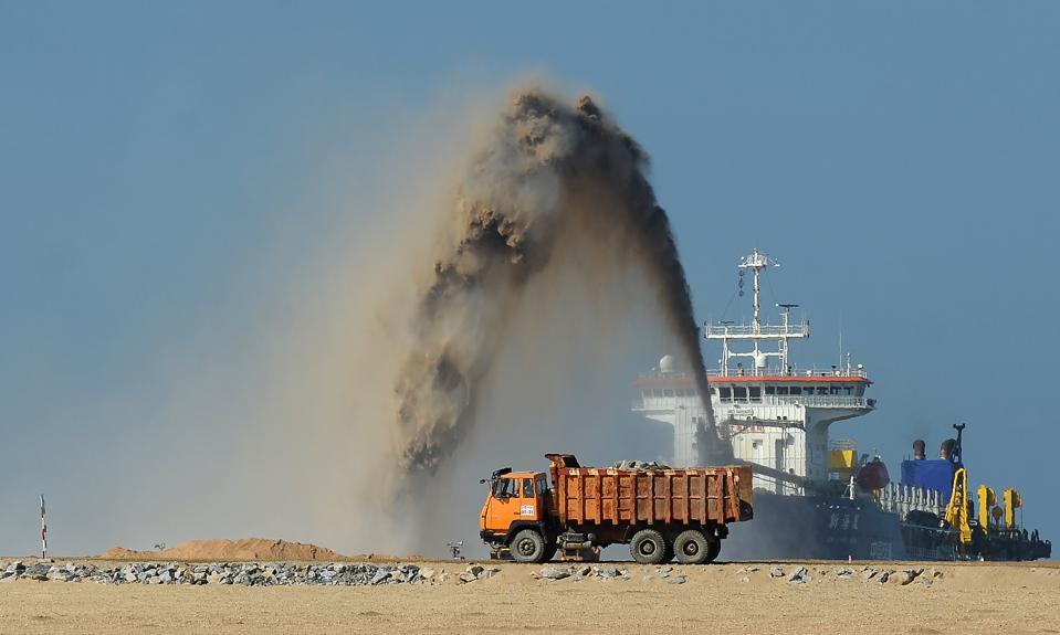 TOPSHOT-SRI LANKA-CHINA-ECONOMY-CONSTRUCTION