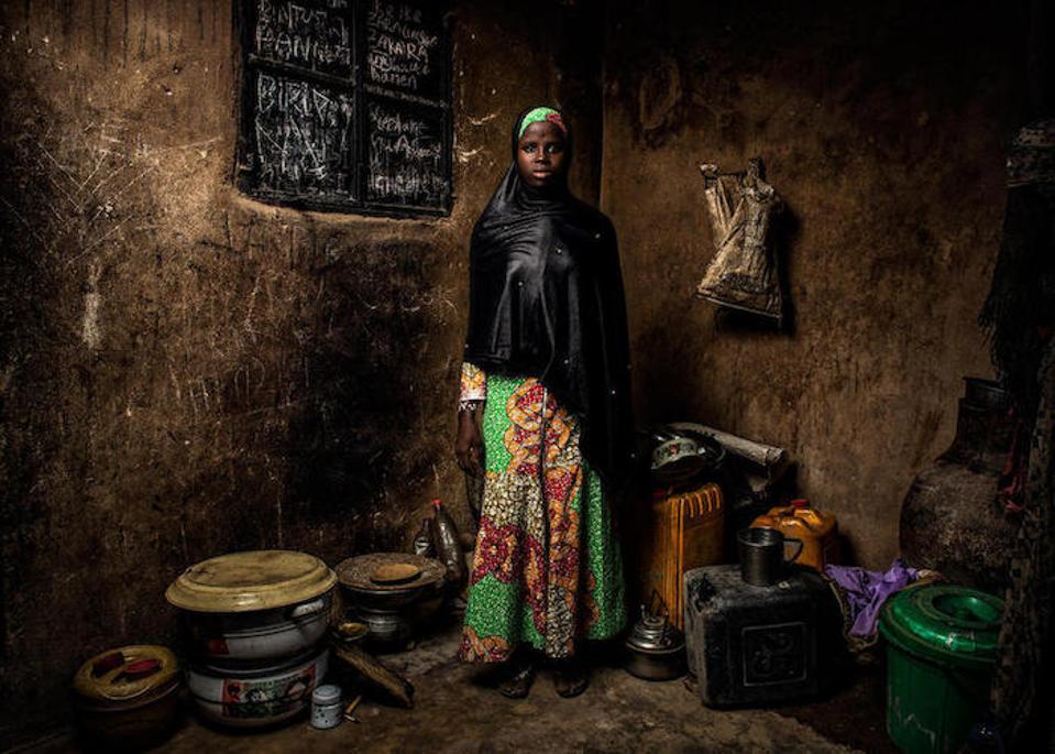 Kuzeydoğu Nijerya'nın Banki kentindeki evinde duran 13 yaşındaki Bintu, silahlı adamların köyüne saldırıp dört yıl önce okulunu tahrip ettiği günü hatırlıyor.