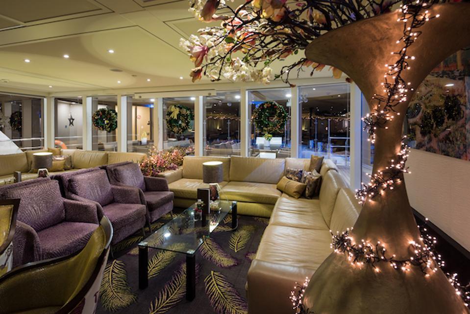 A festive lounge on AmaSonata