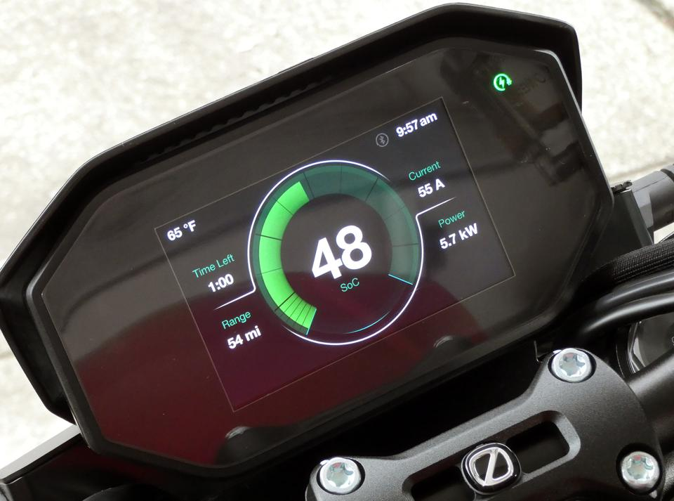 The SR/F panel displays charging status.