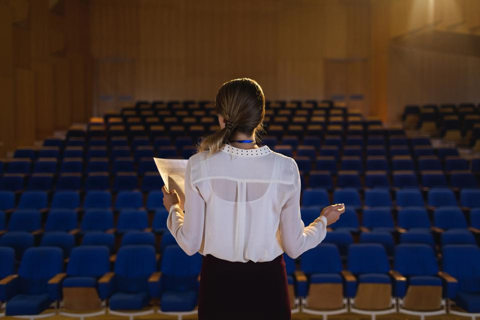 5 Engaging Public Speaking Tips from Today's Most Influential Female Speakers | Stephanie Burns