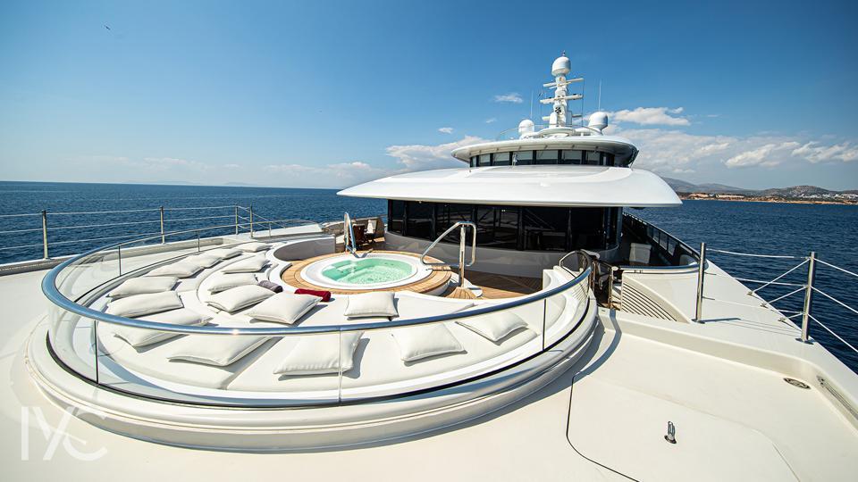 The ultra-private hot tub on Valerie's bridge deck.