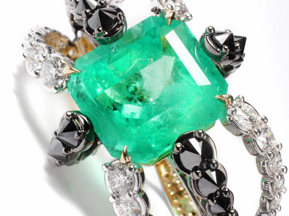 Detail of the emerald Octopus ring by Ara Vartanian