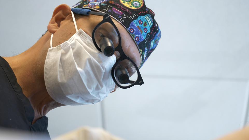 Chuback vykonáva chirurgický zákrok.