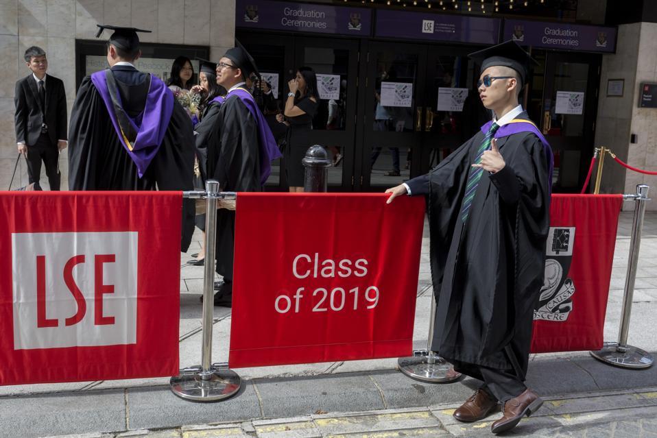 Sinh viên tốt nghiệp LSE tại London