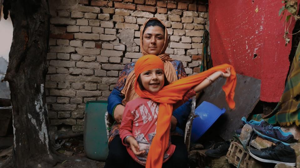 Fatima Hussaini og hendes datter, Zahra, i MIDNIGHT TRAVELER