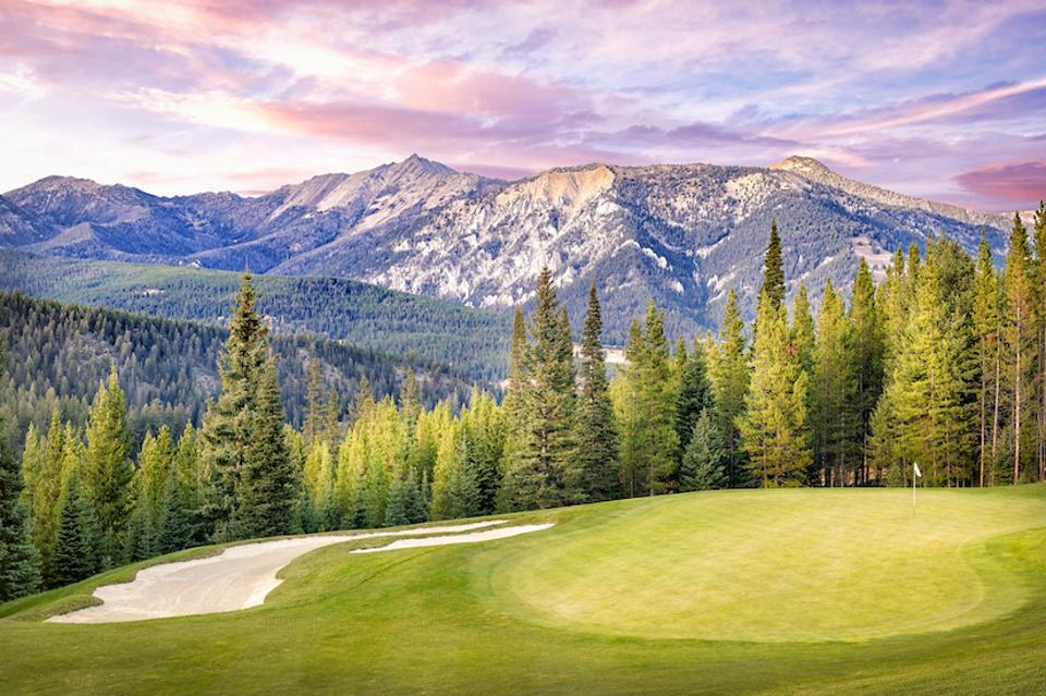 Designed by Tom Weiskopf, the 18-hole golf course at Spanish Peaks is located at an elevation of over 7,000 feet and no two fairways border each other.