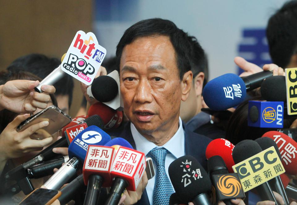 Terry Gou is surrounded by the media after meeting with KMT Chairman Wu Den-yih