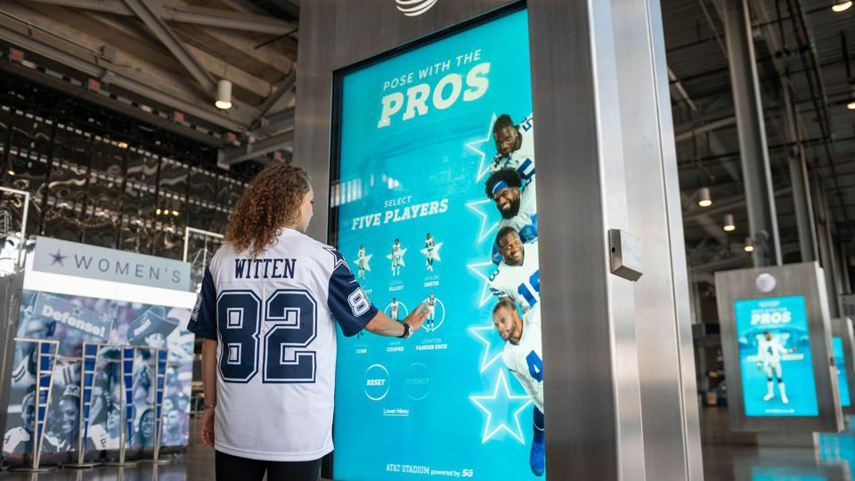 The Dallas Cowboys are using a new strong wireless signal to unveil an augmented reality activation ″Pose With The Pros″.