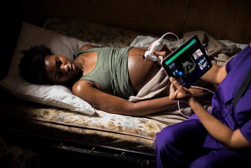 Philipsi kaasaskantav tele-ultrahelilahendus Lumify with Reacts, et viia diagnostika kaugete ja vähese ressursi seadetega ning võidelda emade suremuse vastu.