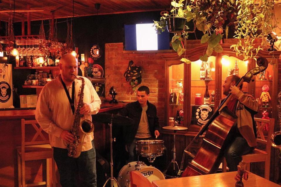 Jazz trio of Ian Henderson, Osvaldo Vargas, and César Barrántes playing at Apotecario