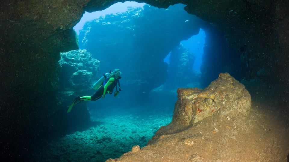 Dive at the Lava Tubes Cathedrals in Lanai