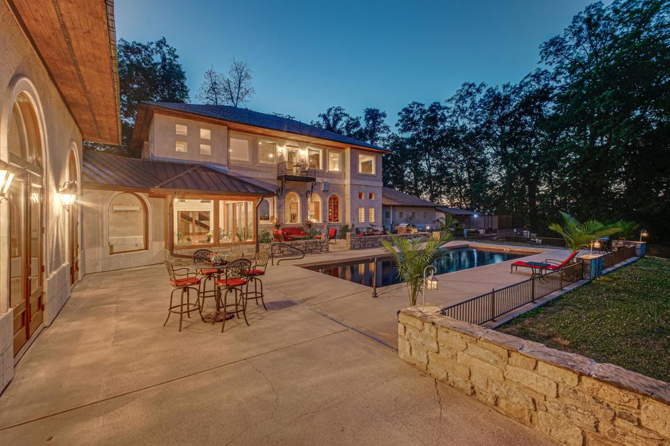 A modern villa in Nashville, Tenn. that is situated on 10.97 private, fenced and gated acres will be sold at auction with no reserve.