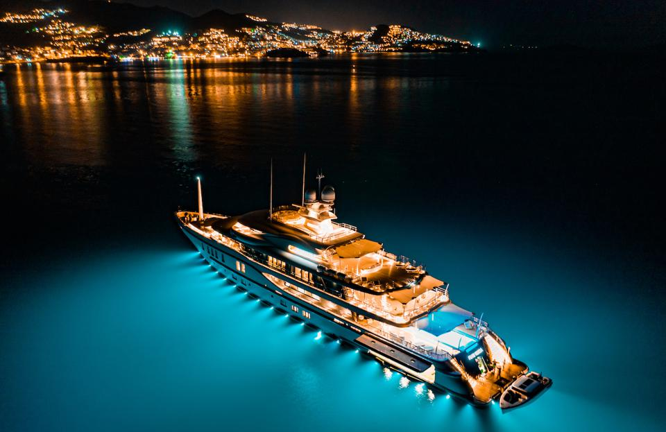 AMELS 242  PLVS VLTRA lights up the night