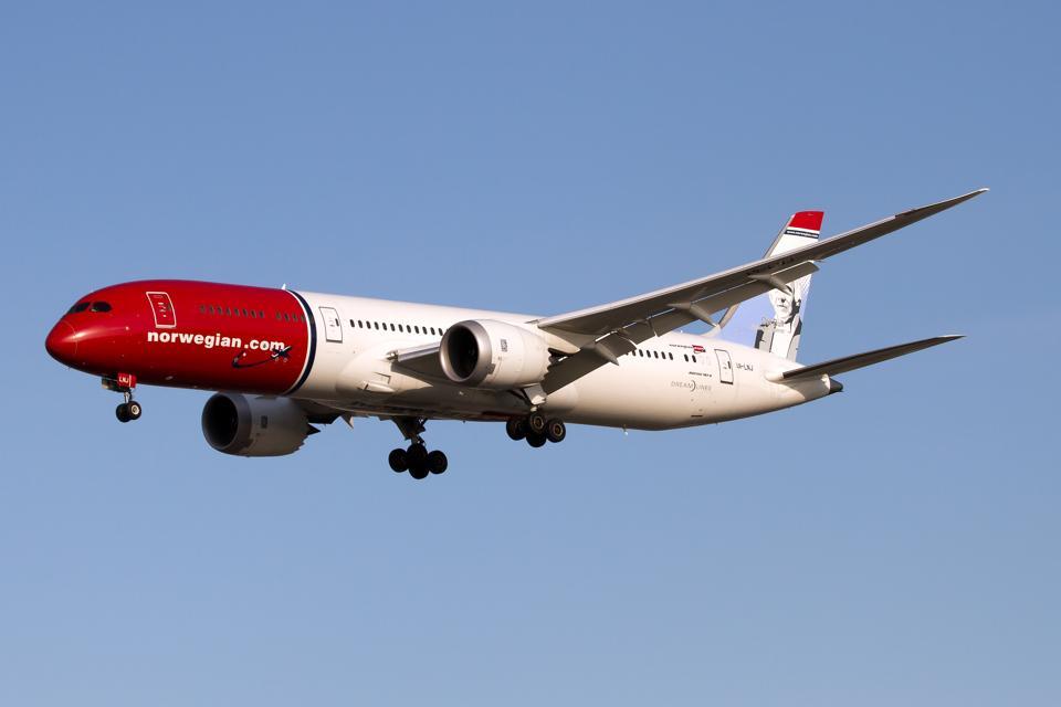 Norwegian Boeing 787-9 Dreamliner landing at Rome Fiumicino...