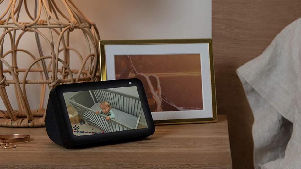 Black Amazon Echo Show 5 en una mesita de noche.