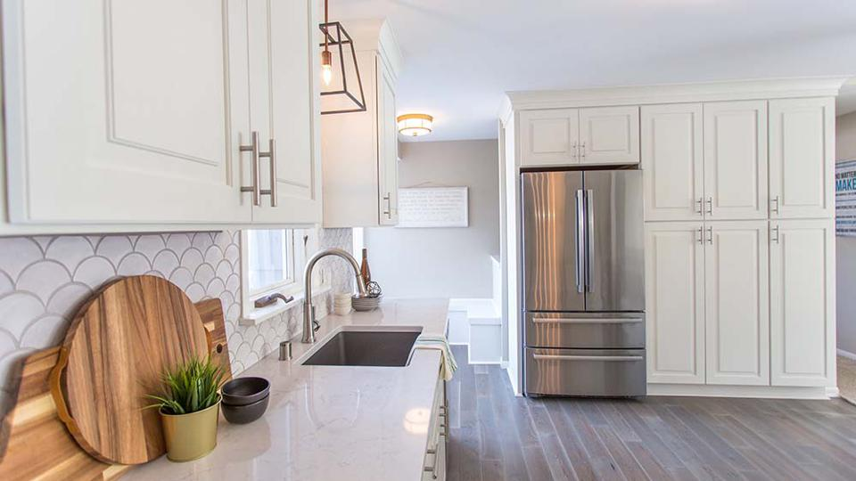 A picture of white kitchen cabinets.