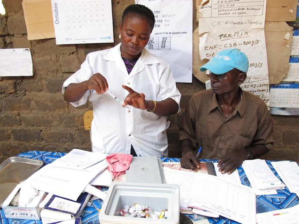 Nurses prepare for the day's vaccination drive at a UNICEF-supported health center in Nyunzu in eastern DRC in 2014.