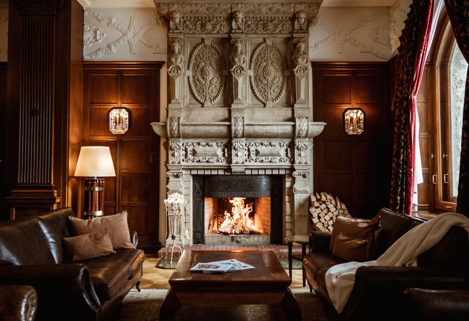 CarltonHotelStMoritz-CarltonBarAndLobby-Fireplace-CreditCarltonHotelStMoritz