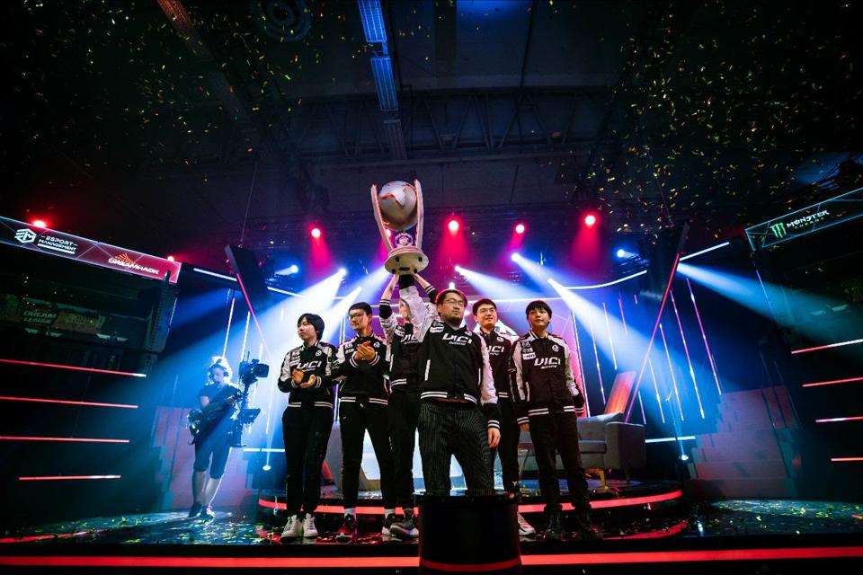 ViCi Gaming lift the DreamHack Season 11 trophy.