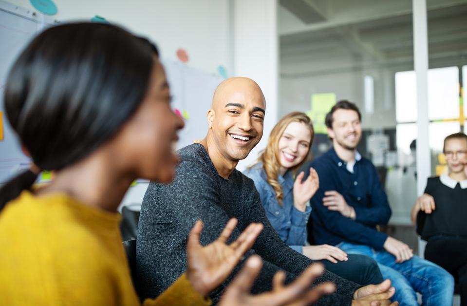 Forretningsteam smiler under et møde