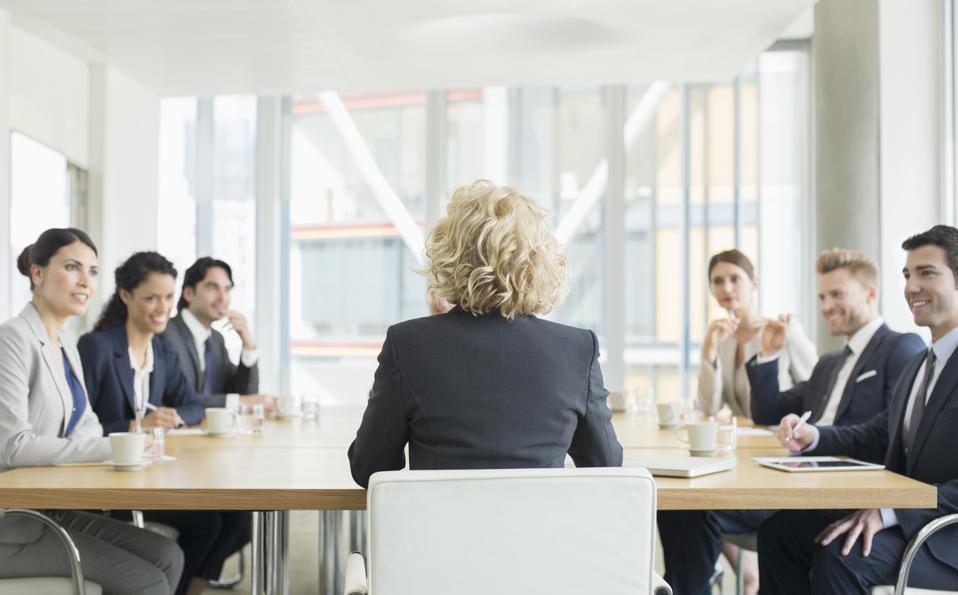 Obchodné ľudia hovoria na stretnutí