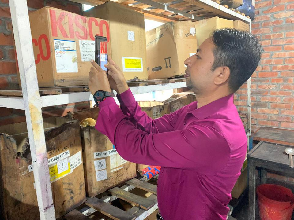 Iqbal Kazy from Lindex using the BHive app at a manufacturing facility in Bangladesh