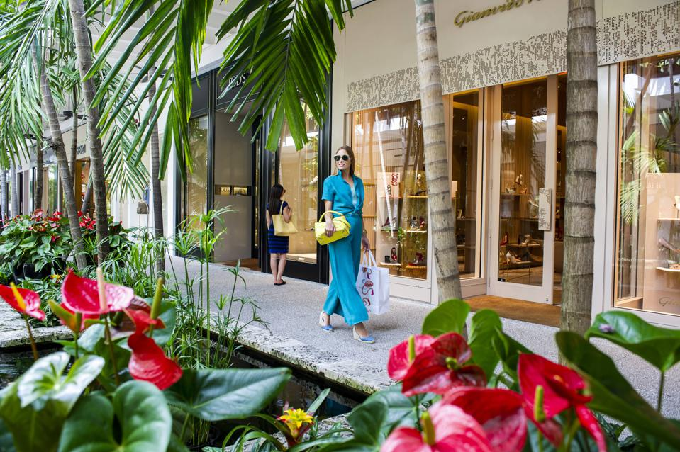 A large number of holiday shoppers still like on-location shopping.