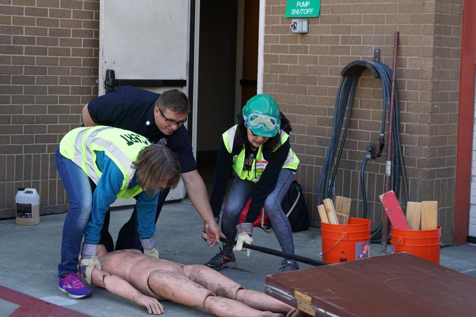 CERT students practice extrication techniques