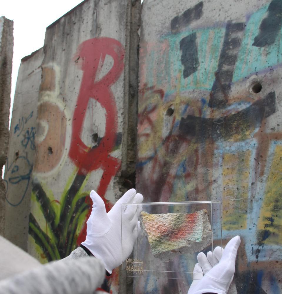 बर्लिन की दीवार का एक टुकड़ा और स्लैब जहां से आया था।