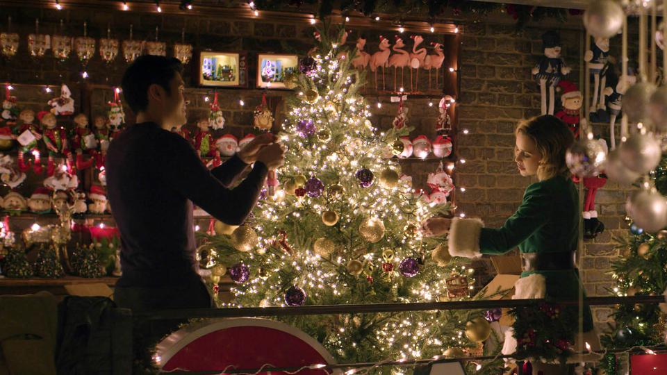 Henry Golding and Emilia Clarke in Paul Feig and Emma Thompson's & # 39; Last Christmas & # 39;