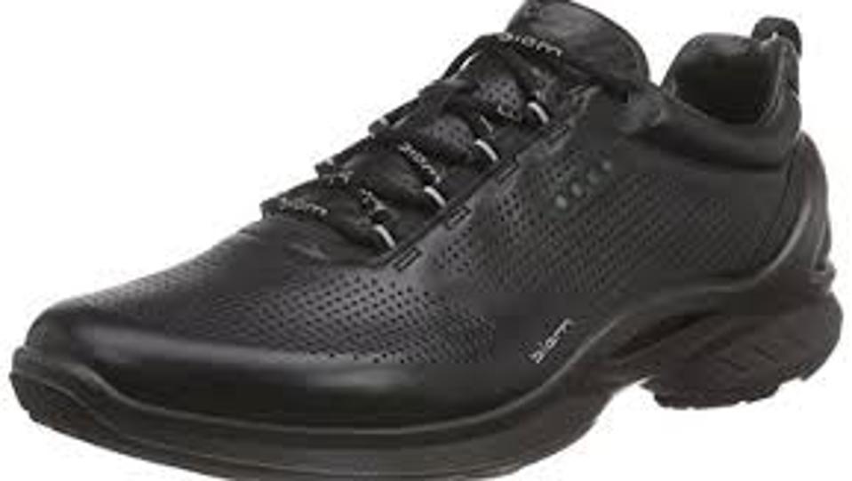 ECCO's men's sneaker delivers outstanding cushioning and walking comfort.
