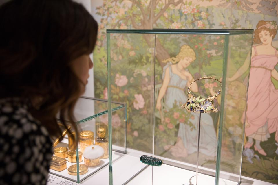 Noisettes Necklace by René Lalique Paris, c. 1900. Gold, diamonds, peridots, enamel, glass Paris, Musée des Arts Décoratifs