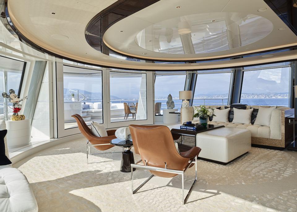 Le yacht de 263 pieds de long de Herb Chambers a des fenêtres massives et des meubles sur mesure conçus par Winch Design
