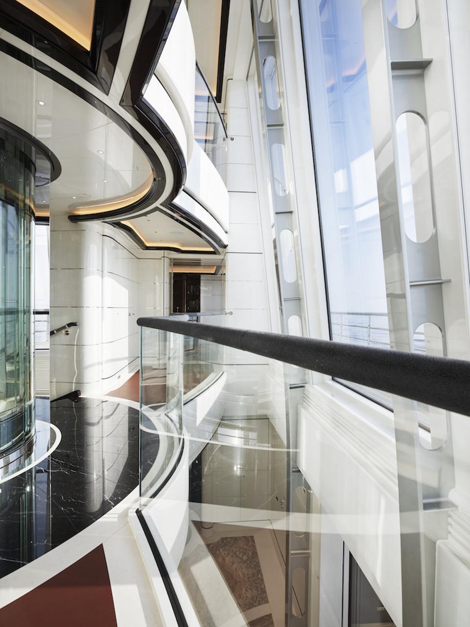 Voici à quoi cela ressemble derrière le verre en miroir du mégayacht Excellence de 263 pieds de long