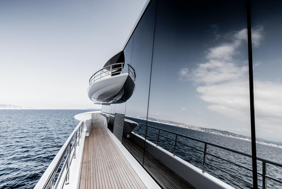 Le verre massif à bord du megayacht Excellence est une œuvre d'art. Photo exclusive