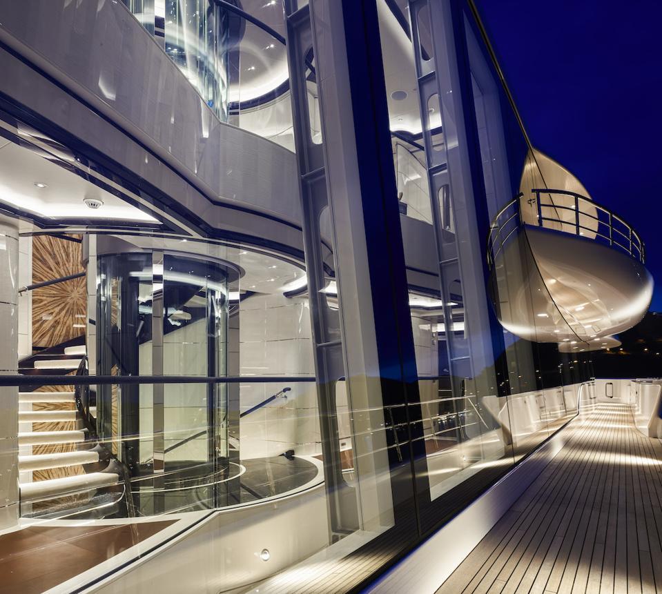 Les grandes sections de verre à bord du megayacht Excellence font entrer l'extérieur