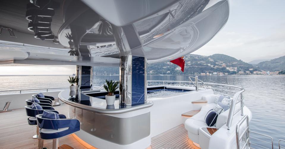 Bar de la piscine Herb Chambers à bord de son superyacht Excellence de 263 pieds de long à Monaco.