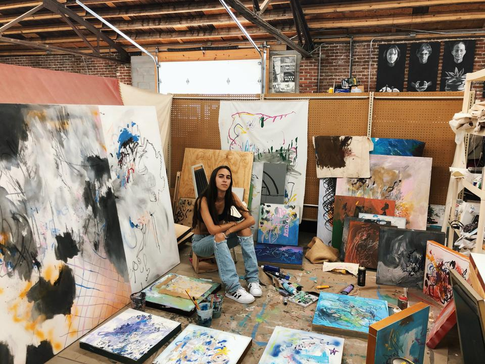 Medium Sjælden kunstner Millie Uger i sit studie