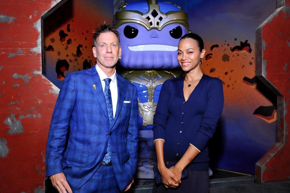 Funkon toimitusjohtaja Brian Mariotti ja Zoe Saldana Thanos Funkon edessä Funko Hollywoodissa.